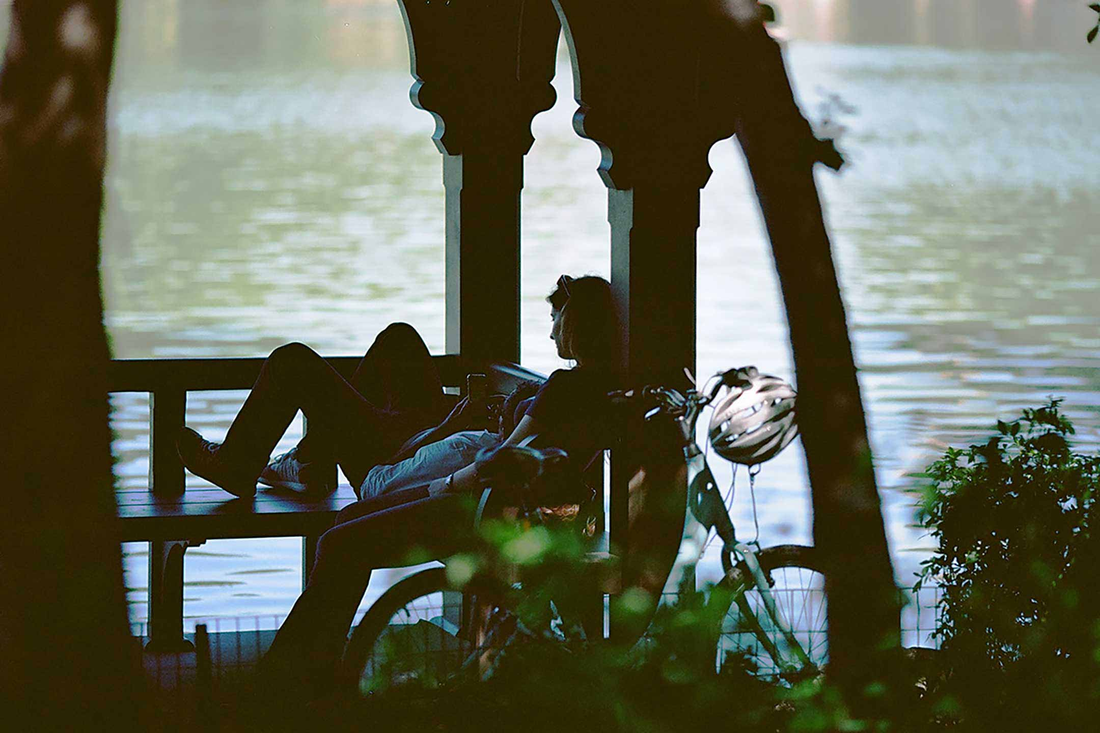 Photo of couple in Central Park in front of pond